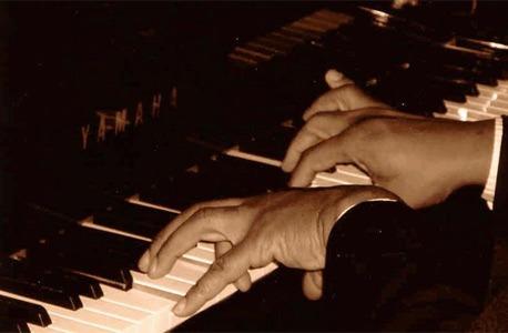 Reginald Thomas' hands on the piano