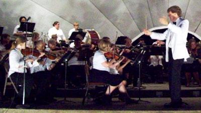 Linc Smelser conducts the Kishwaukee Symphony Orchestra.