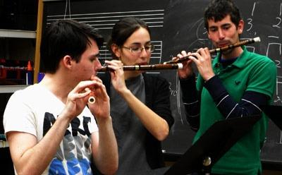 A trio of NIU di-zi performers.