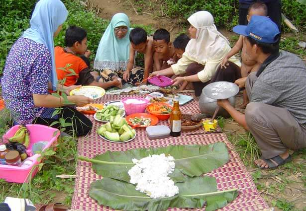 This photo of a Muslim family at a barbecue is part of a photographic exploration of Islamic cultures across Southeast Asia.