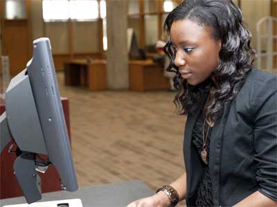 An NIU Honors student uses the library computer.