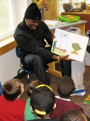 NIU football players read to children.