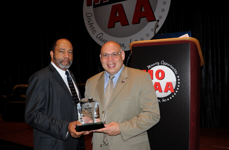 MOAA Executive Director Stan Johnson presents Sean Frazier with the award for distinguished service (Joan Tiefel photo).