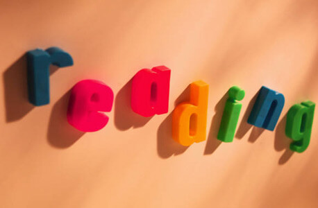 """Photo of the word """"reading"""" in refrigerator magnet letters"""