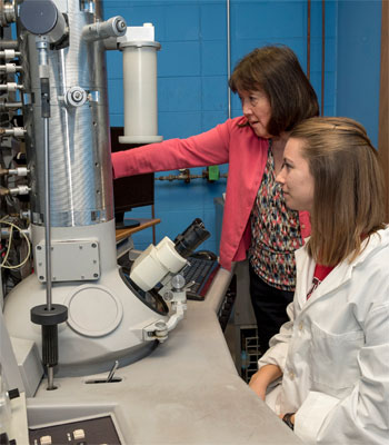 Research Rookie Jessica Cox works with Linda Yasui, professor of biology.